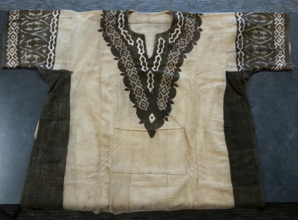 Mud Cloth Men's Shirt with Brown Geometric Designs Dogon culture Late 20th to early 21st century Cotton and pigment, L. 35 cm x W. 2 mm x H. 45 cm BFPC collection #2012.8