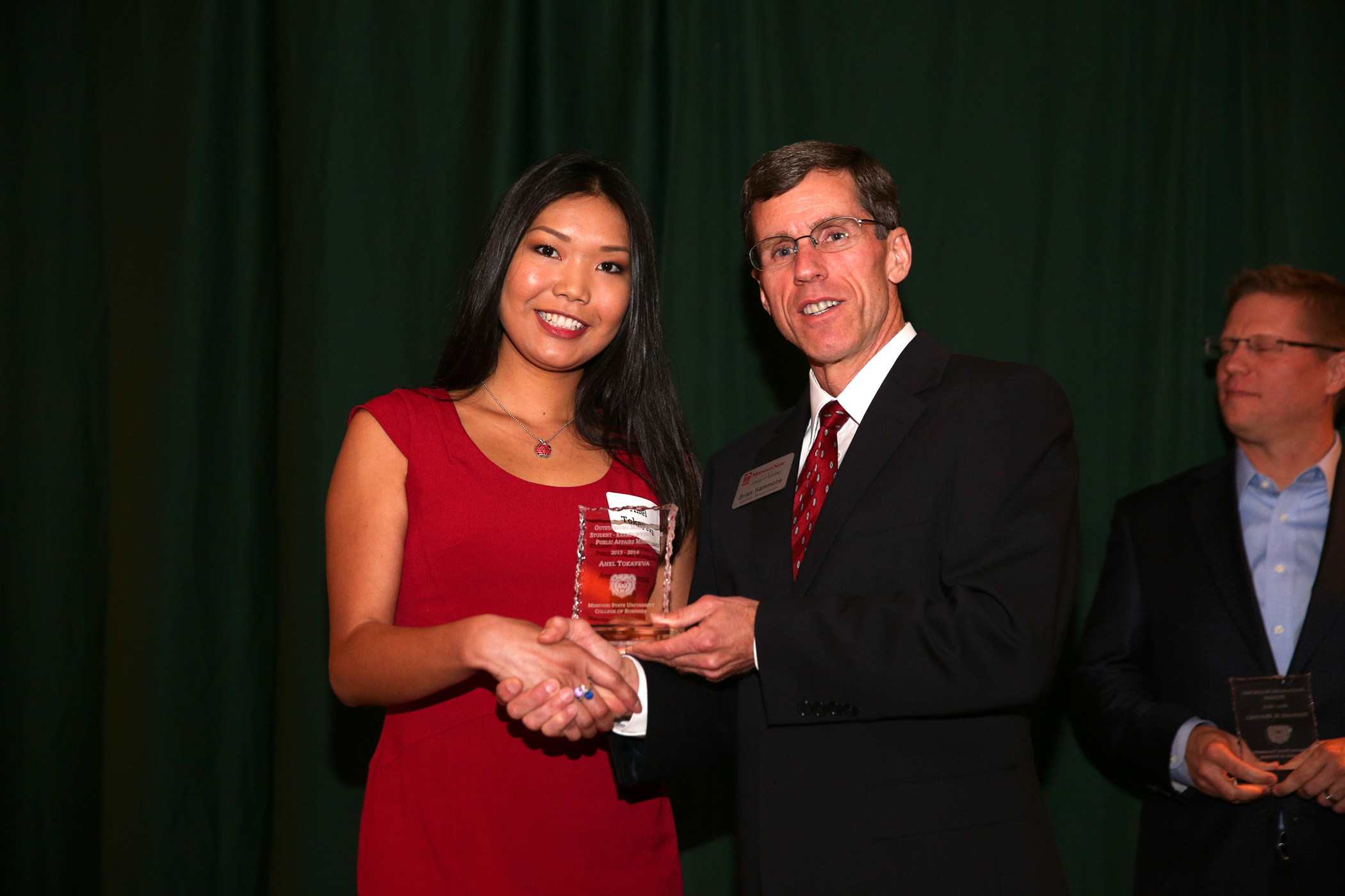 EAC member Brian Hammons, presents Anel Tokayeva with the Outstanding Marketing Student – Exemplifying the Public Affairs Mission award.