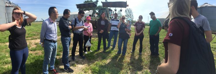 Students from UniCesumar and Missouri State tour Missouri farms.