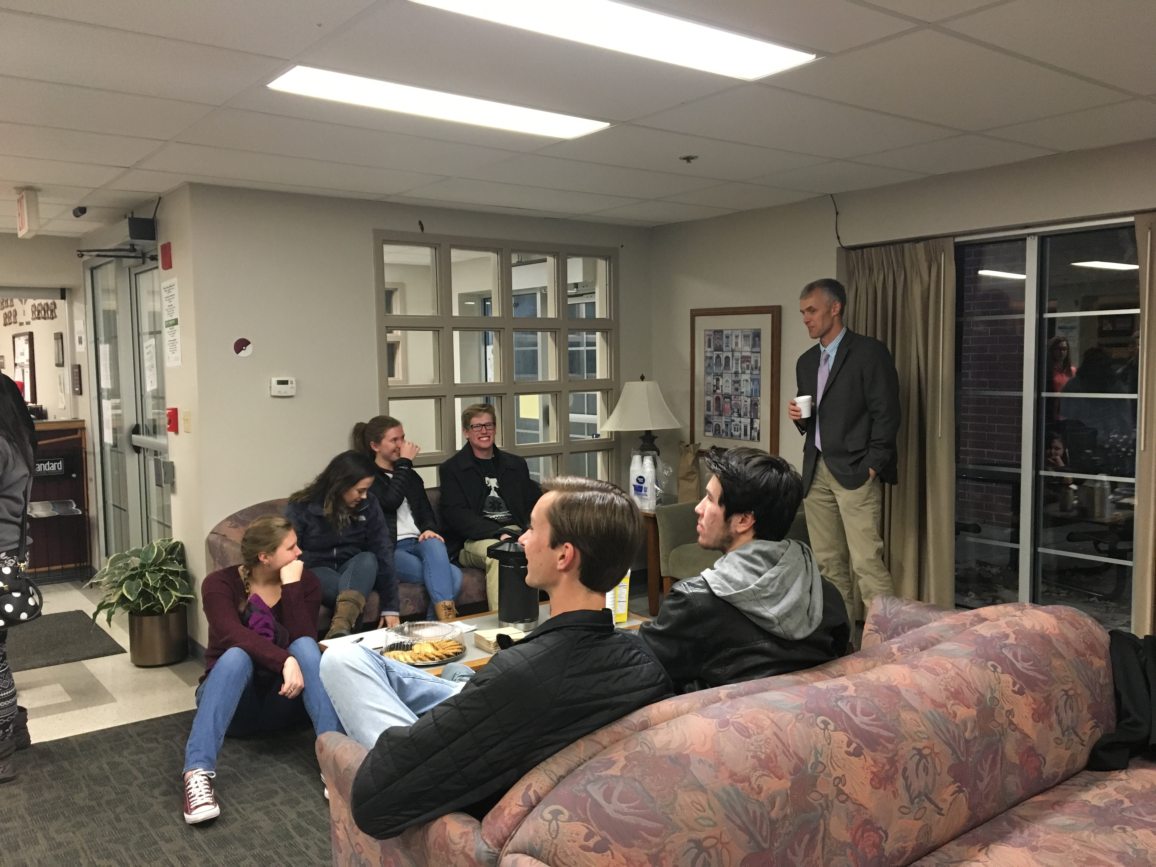Honors Community has Coffee and Cookies with a Professor – Dr. Jeremy Neely