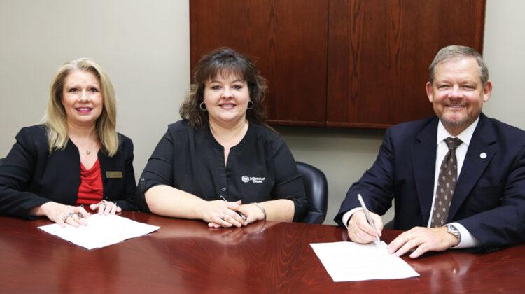Missouri State representatives sign the agreement